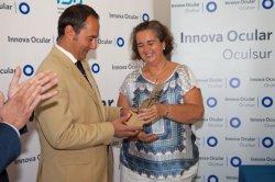 Sandra Monsalve entrega el premio Ansell Cares H.E.R.O. Award for European O.R. Nurses a Enrique Cosme Pereira, enfermero de quirófano de Innova Ocular Oculsur